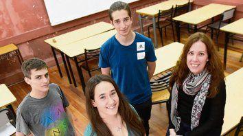 Camila Díaz, Tomás Antonelli y Alejo Melfi , junto a la profesora Fernanda García.
