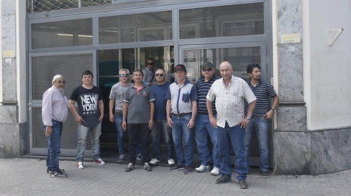 Final anunciado. Gremialistas y los hoy ex trabajadores asistieron ayer al Ministerio de Trabajo en Rosario.