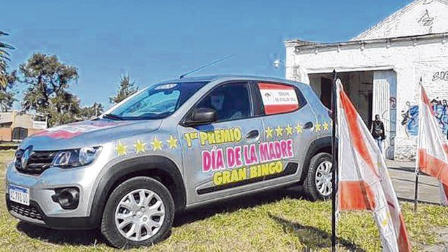 Premio. El auto ploteado que sorteará el próximo domingo el senador Osvaldo Sosa en un mate bingo.