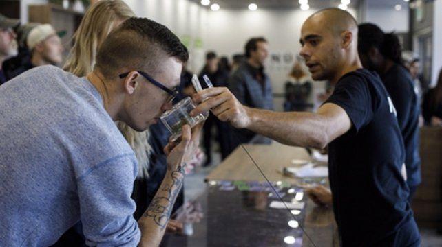 Terranova. Un joven compra marihuana en un comercio legal.