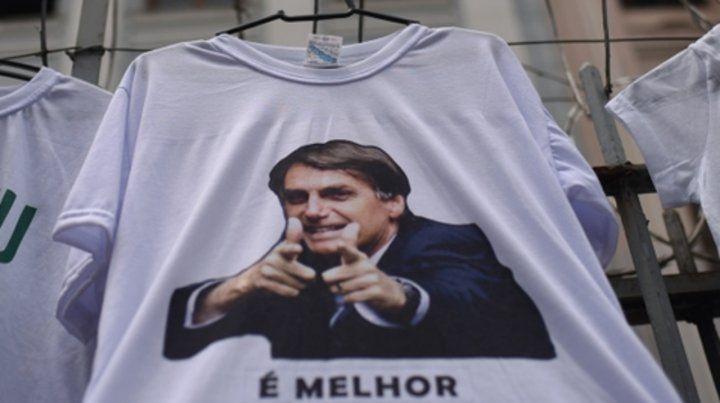 En punta. La remera de Bolsonaro se vende en una feria de Río de Janeiro.