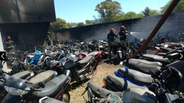 Policías hacían un asado y se incendió la comisaría: 77 motos calcinadas