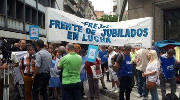 Los jubilados protestaron en Litoral Gas contra los tarifazos en el servicio