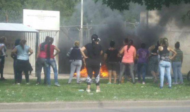 Los familiares incendiaron elementos en la puerta del penal.
