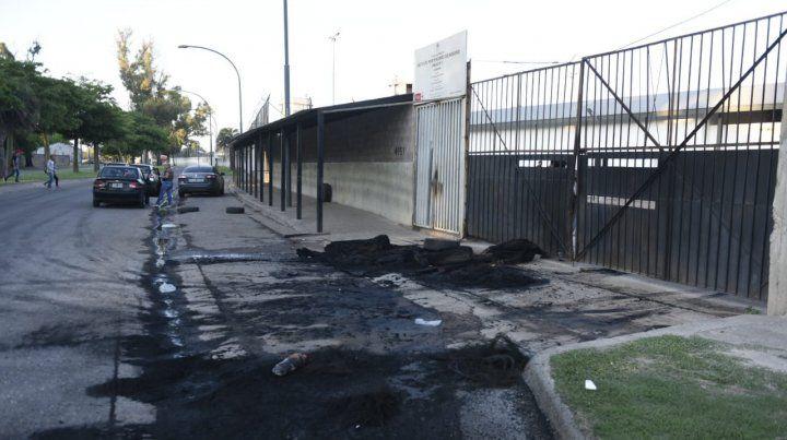 Gomas quemadas en la puerta de la Unidad Penal Nº6 de Francia al 5200.