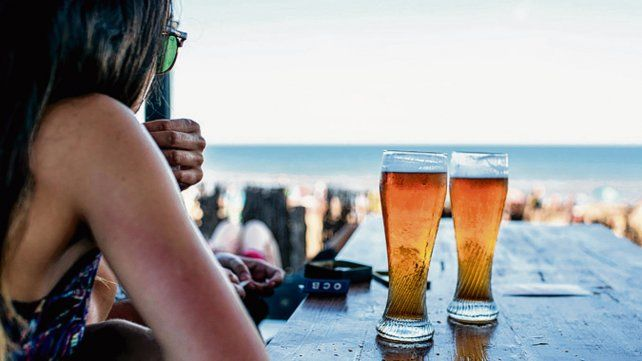 Birra y sol. Mar del Plata es uno de los destinos recomendados y más concurridos.
