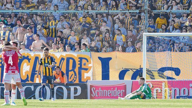Cachetazo. El equipo canalla recibió el golpe más duro del semestre ante Unión. El tatengue lo goleó 4 a 0.