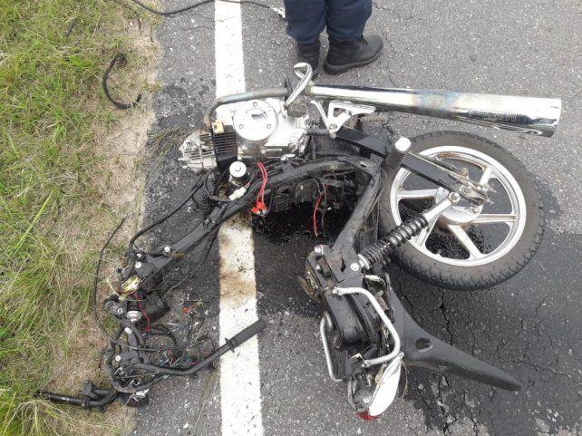 Los restos de la moto en la que circulaban ambas víctimas fatales.