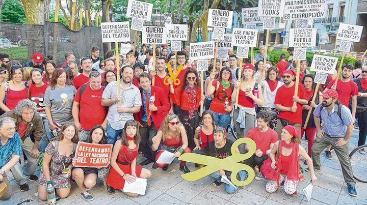 ¿Se puede vivir sin teatro? Actores locales expresaron sus inquietudes con carteles en la marcha.