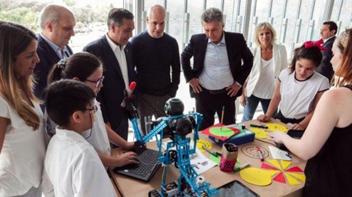 Alumnos primarios junto al presidente Mauricio Macri y el ministro de Educación Alejandro Finocchiaro