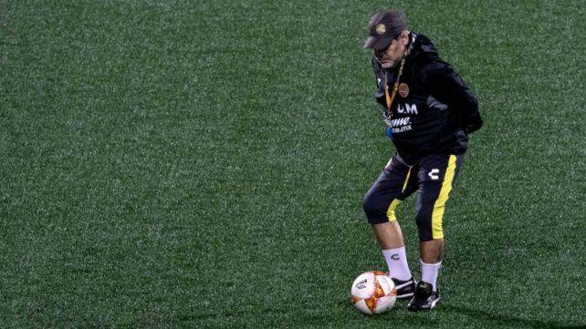 El médico de Maradona: Para Diego no veo otra salida que colocarle prótesis en las rodillas