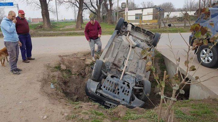 El conductor de un auto volcó y se metió en una alcantarilla
