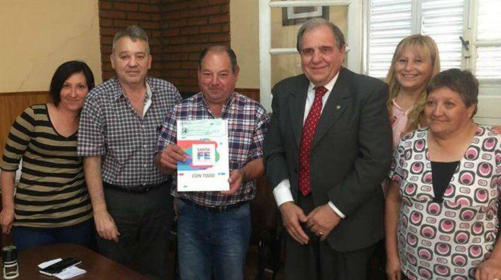Cheque. El ministro Morini entregó 680 mil pesos al presidente Marmirolli.