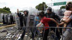 La policía mexicana intentó en vano contener a los migrantes en su marcha hacia el norte.