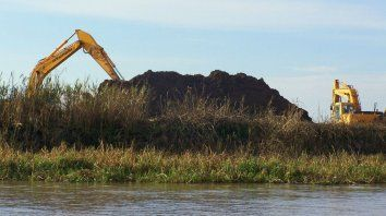 Retroexcavadora. El movimiento de tierra es habitual y sus efectos generan inconvenientes ambientales.