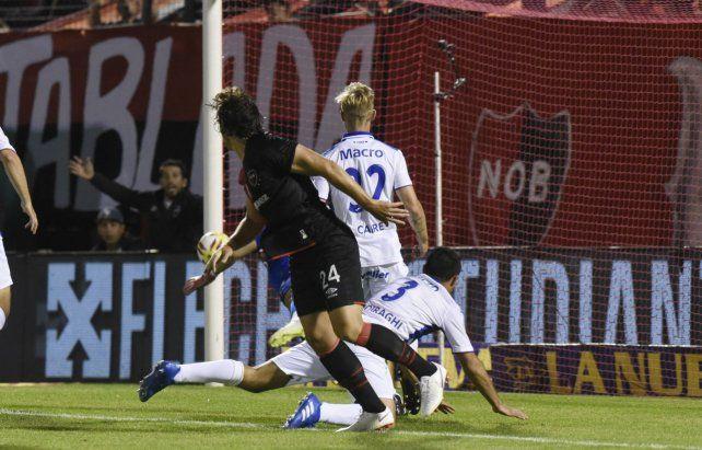 Observando el gol. Fontanini se elevó bien alto en el área del Matador