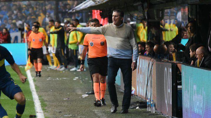 Activo. Bauza da indicaciones en medio del partido. El técnico quedó satisfecho por lo que hizo su equipo.