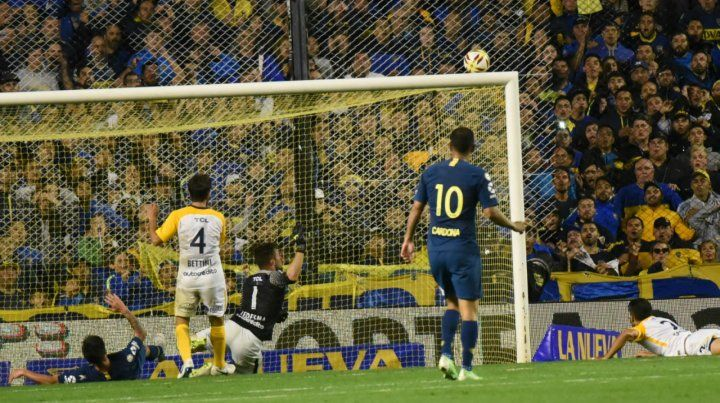 Cerca del palo. Pablo Pérez quedó en el piso luego de que la pelota le diera en la cara.