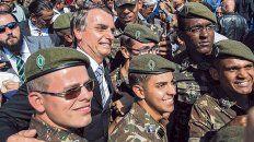 Amigos. Bolsonaro, un capitán retirado, tiene el abierto apoyo de los militares brasileños.