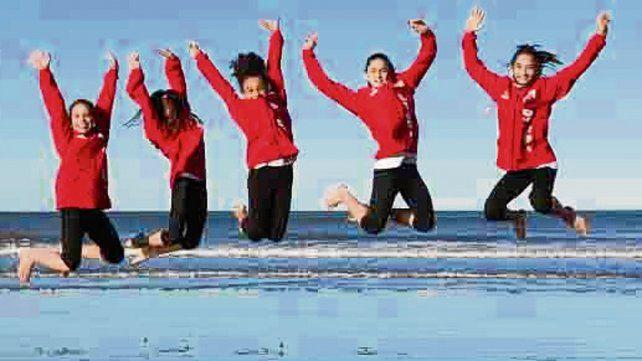 Las olas y el viento. Las chicas y una coreografía con el paisaje del mar en el fondo.