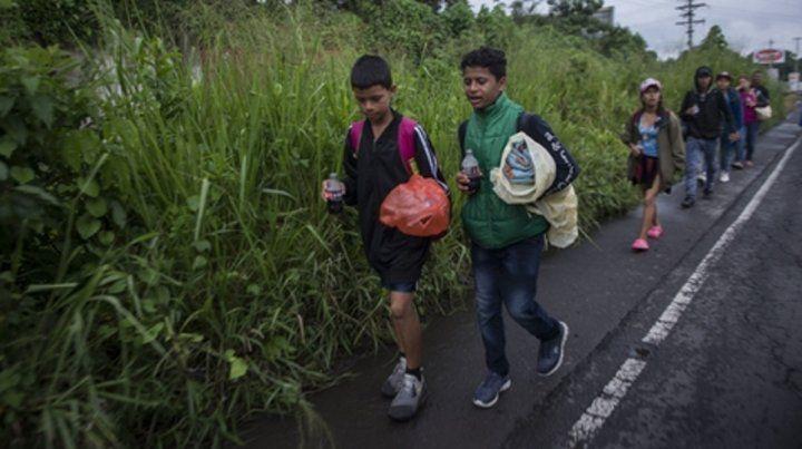 Drama. Hay muchos chicos entre los migrantes en marcha.
