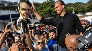 ¿Un demócrata? Eduardo Bolsonaro durante la campaña. Fue elegido diputado por San Pablo.
