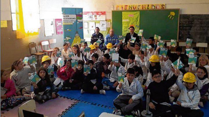En Clase. Capacitadores de la EPE explican a chicos de escuelas primarias.