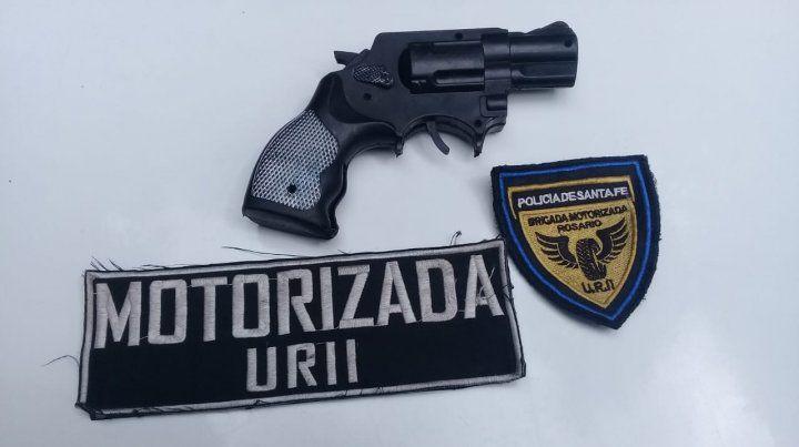 La réplica de arma secuestrada por la policía.