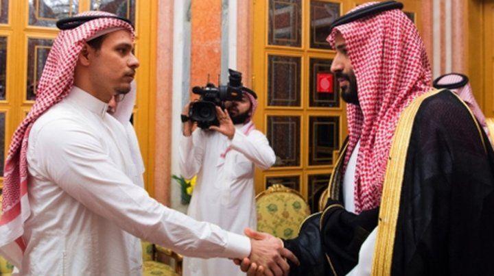Tenso saludo. El príncipe heredero saudita estrecha la mano y brinda sus condolencias al hijo de Khashoggi.