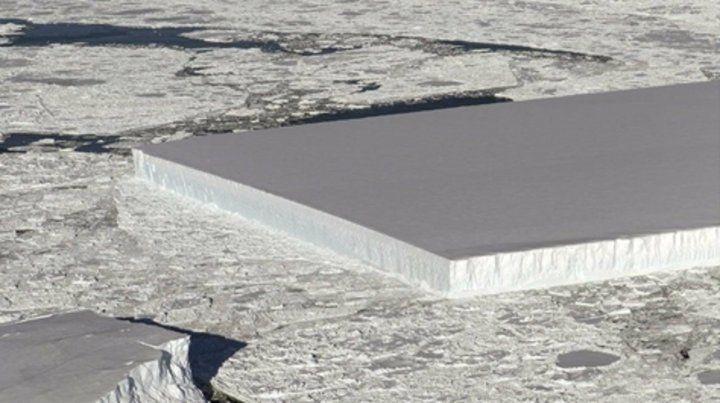 Plataforma LARSEN C. El iceberg tabular que se encuentra flotando.