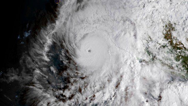 El ojo del huracán Willa tocó tierra esta noche en la costa de Sinaloa