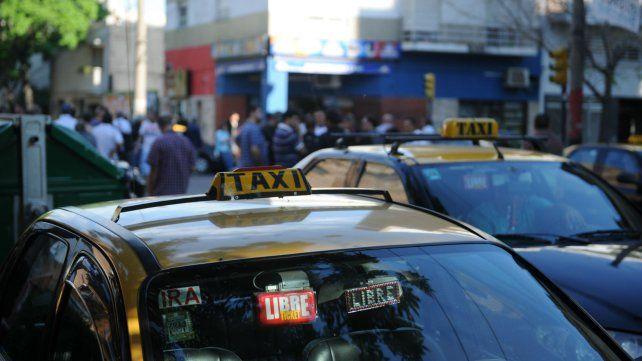 Los taxistas exigen que entre en vigencia el último aumento.