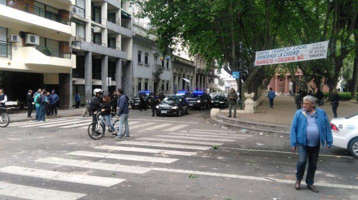 Violento enfrentamiento entre dos facciones de Barrios de Pie en plaza 25 de Mayo