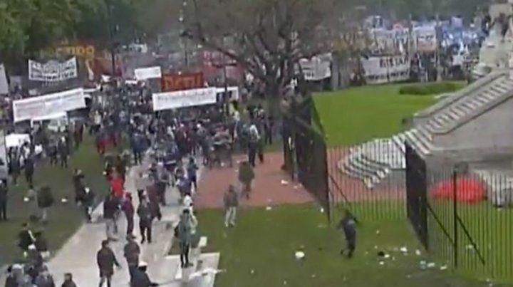 Manifestantes encapuchados arrojaron piedras a la policía frente al Congreso de la Nación.