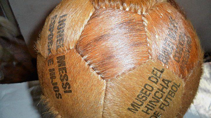 De tiento. La vieja pelota tiene grabada una dedicatoria a Lio Messi.