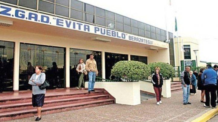 Indefensa. La médica cargaba historias clínicas en una computadora cuando fue atacada por un hombre en el Hospital Evita Pueblo