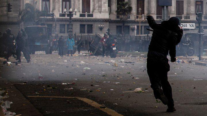 27 detenidos y nueve policías heridos en la plaza del Congreso