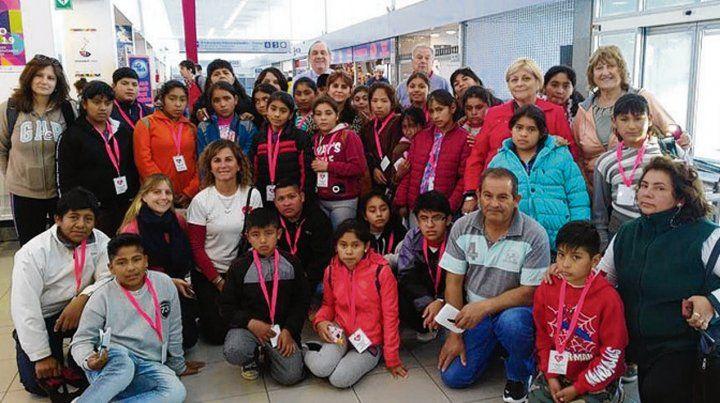 De recorrida. Los chicos y docentes de Tucumán junto a Mano Solidaria.