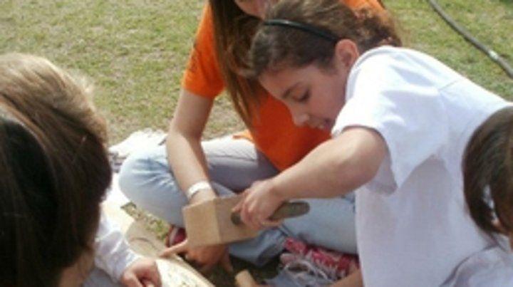 Manos a la obra. Los chicos trabajan en distintos materiales sus obras.