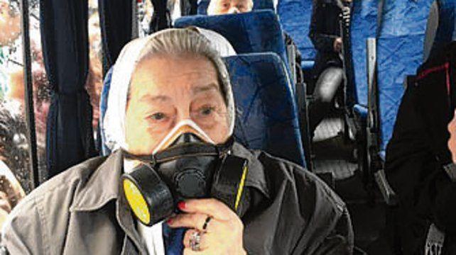 Bonafini usó una máscara antigás.