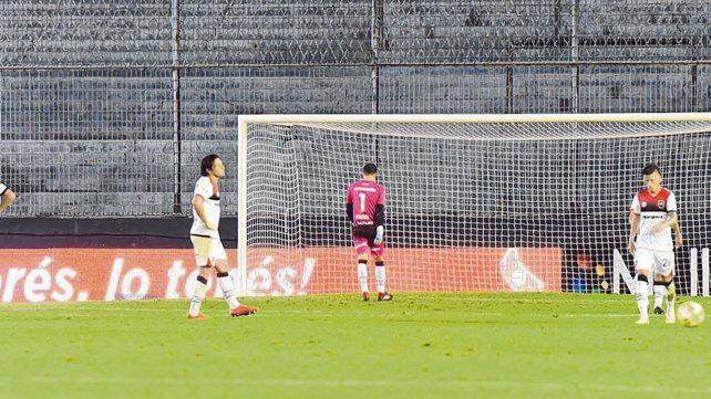En contra. Los jugadores rojinegros sufren el gol de Estudiantes.