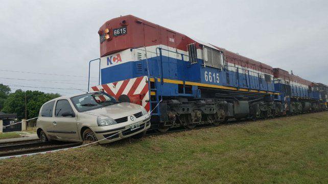El automóvil fue arrastrado varios metros por el tren.