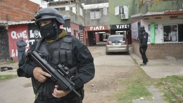 Esta mañana, agentes fuertemente armados en