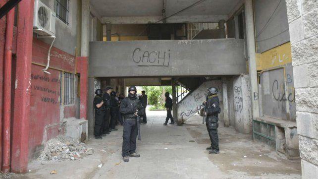 Efectivos policiales esta mañana durante los allanamiento en barrio Municipal.