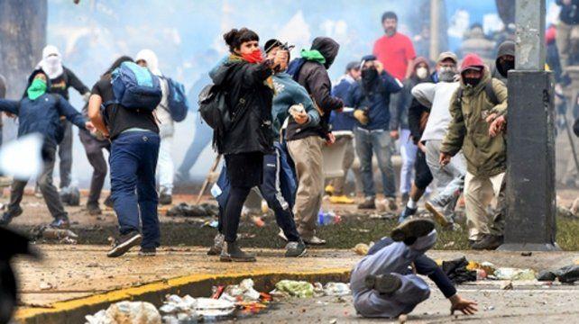 Línea de fuego. Desde la oposición sostienen que hubo infiltrados para hacer fracasar la movilización popular.