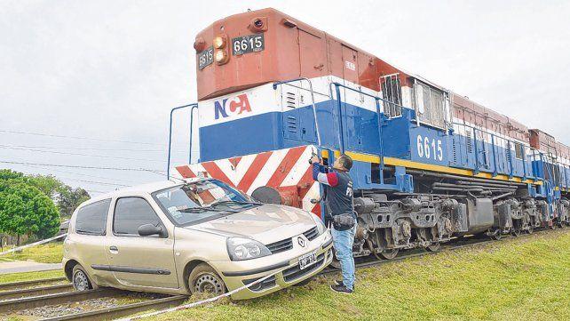 Fatal. El conductor intentó cruzar el paso a nivel y casi había conseguido su propósito cuando fue alcanzado por la formación del ferrocarril NCA.
