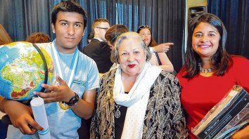 Distinguido. El joven premiado junto a una de las autoridades de la de la olimpíada y la profesora Florencia Navarro.