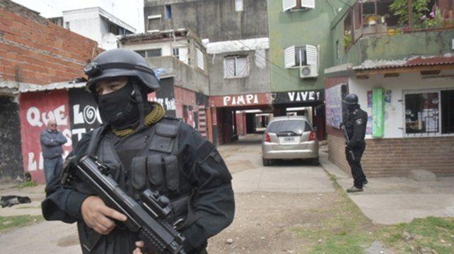 Pertrechados. Las fuerzas combinadas en el barrio en el cual las paredes aún recuerdan a Pimpi Caminos.