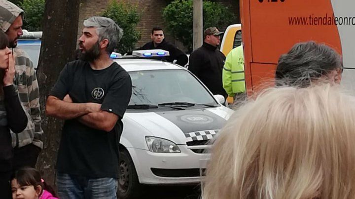 Agentes de Tránsito de Funes acudieron al lugar del incidente.