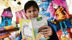 Benjamín, de 10 años, disfruta de la lectura en la escuela y en su casa.